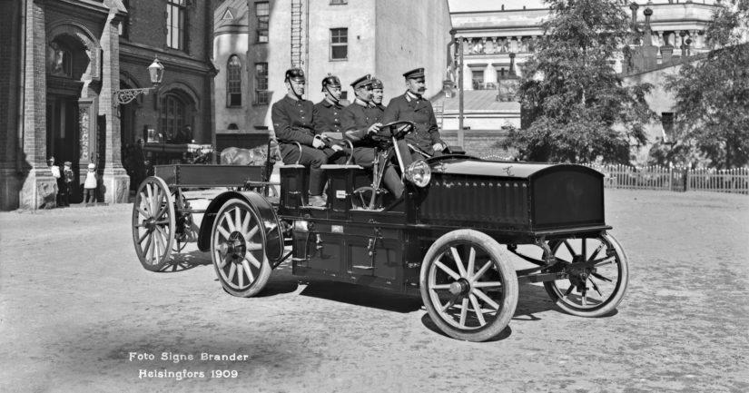 Sähköauto Erottajan pääpaloaseman pihassa vuonna 1909. Sähköautot myivät tuohon aikaan jopa paremmin kuin polttomoottoriautot.