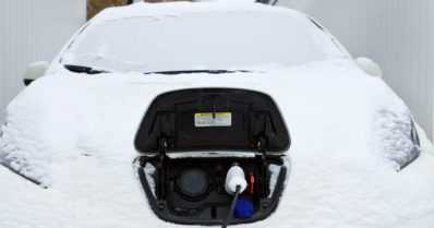Onko sähköauto luotettava talvella? – Selvitys vertaili, kuinka usein sähköauto jättää tien päälle