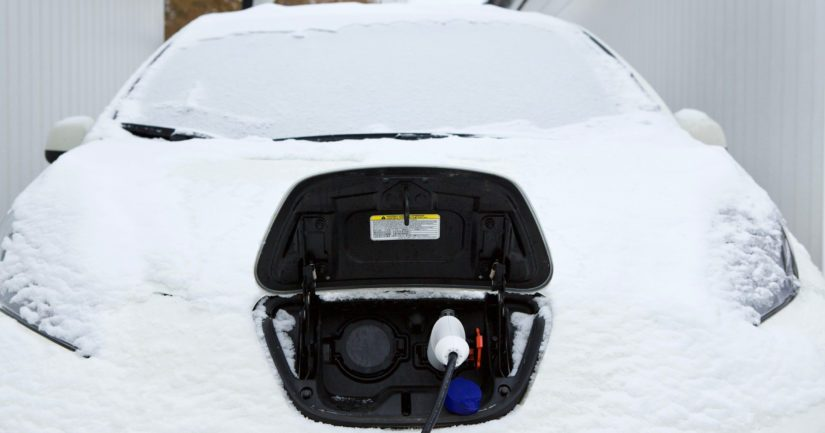 Tiepalvelu saa talvisin sähköautoilijoilta yhteydenottoja myös jumiin jääneistä latausjohdoista.