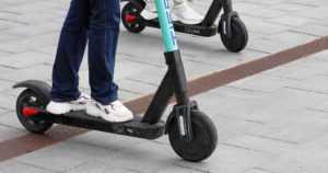 Yleisimmät sähköpotkulaudat rinnastetaan tieliikennelaissa polkupyöriin – älä aja jalkakäytävällä, voit saada sakon!