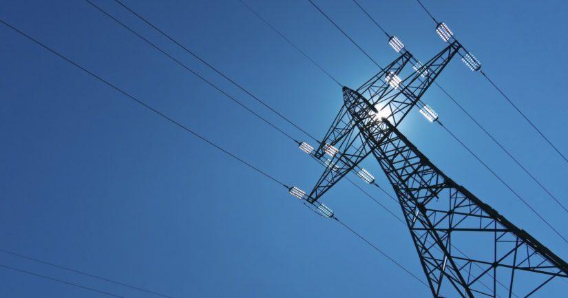 Kun hallitus ei itse halua puuttua polttavaan sähkön siirtohinnoitteluasiaan, se hautaa maan tavan mukaan ikävät asiat selvitysmiehen raportteihin.