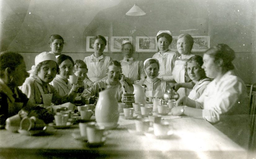 Helmikuussa 2019 Vaasan kaupungin museot toi Finnaan ennen näkemättömiä kuvia sisällissodan 1918 ajalta Vaasasta. Kuvassa sairaanhoitajattaria varasairaalassa vuonna 1918.