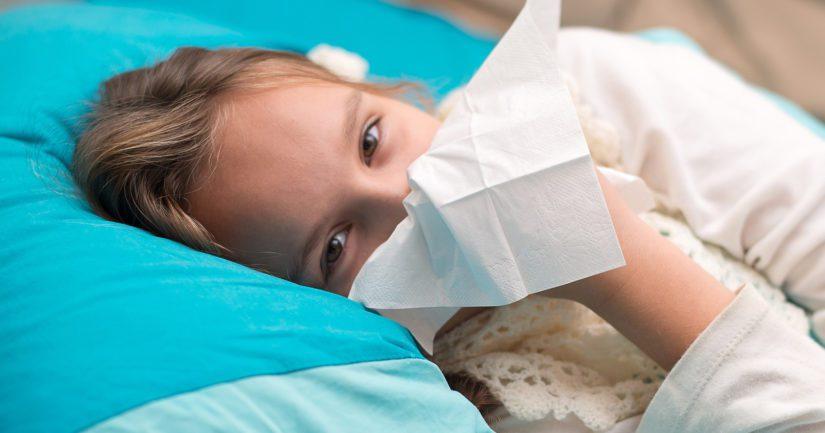 Tuhkarokkoon sairastuneen ensioireita ovat korkea kuume ja hengitystieoireet.
