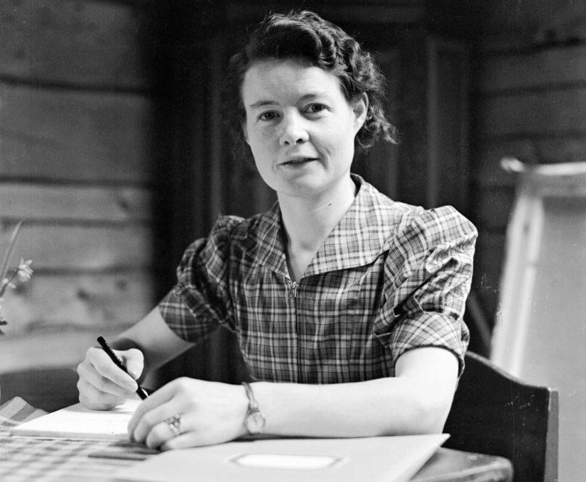 Sally Salminen kirjoituspöytänsä ääressä kesäkuussa 1940.