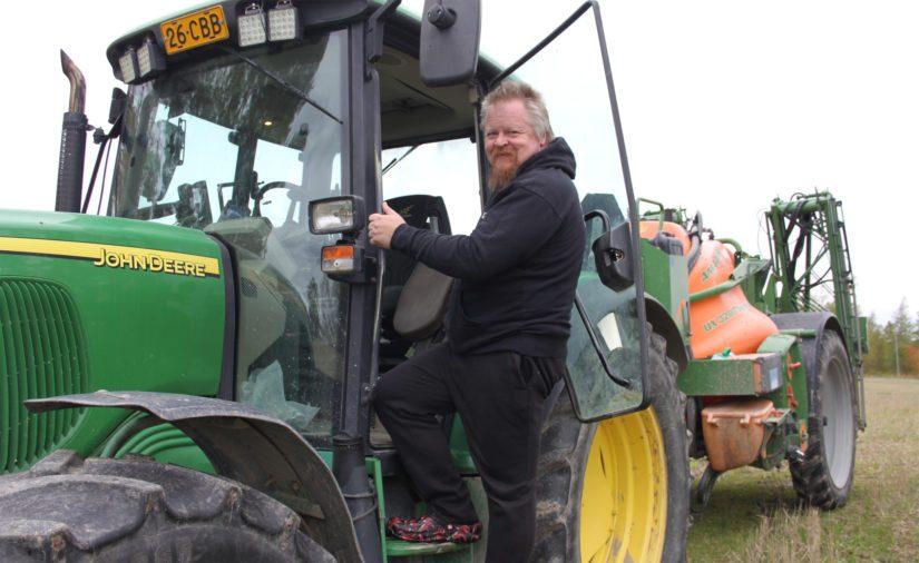 Sami sanoo kasvinsuojelupuolella riittävän mukavasti töitä. – Traktoriurakointi sopii muutenkin erittäin hyvin viljaviljelyn rinnalle. Kalustoinvestoinnit pysyvät maltillisina ja koneiden ei tarvitse muutenkaan olla sitä järeintä luokkaa.