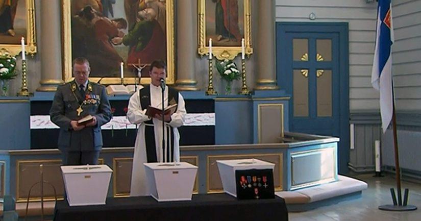 Kenttäpiispa Pekka Särkiö sekä kirkkoherra Mika Lehtola kolmen sankarivainajan arkun äärellä.