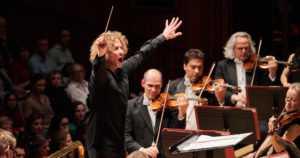 """Lontoon Philharmonian ja Santtu-Matias Rouvalin vierailu siirtyy – """"Tällä hetkellä ei ole riittävää varmuutta"""""""