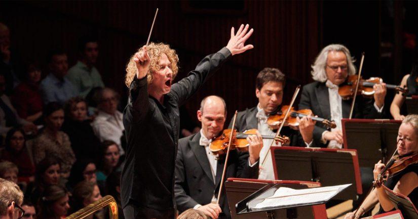 Santtu-Matias Rouvali johtamassa Lontoon Philharmonia-orkesteria Harrisson Parrotin 50-vuotisjuhlakonsertissa.