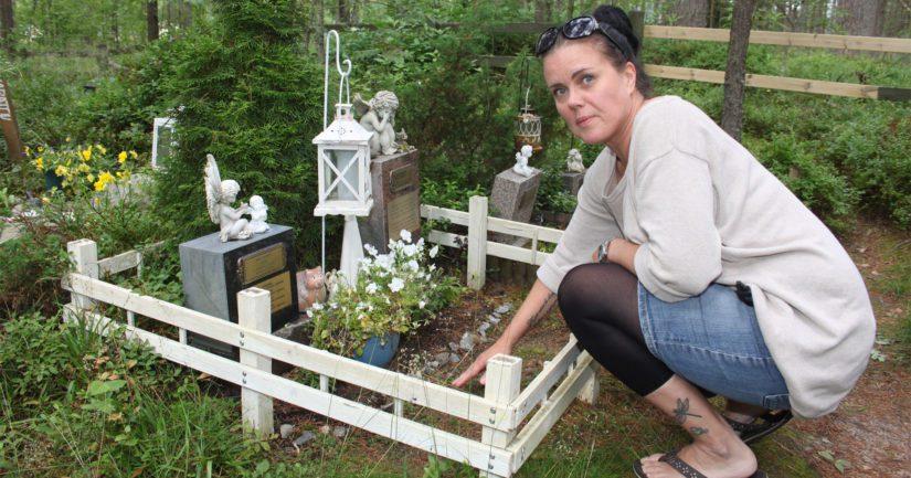 Kokkolanseudun eläinsuojeluyhdistyksen sihteeri Sari Kivelä käy usein kahden kissaystävänsä haudalla. – Suru helpottaa aikanaan, mutta muistot eivät koskaan häviä, Sari tietää kokemuksesta.