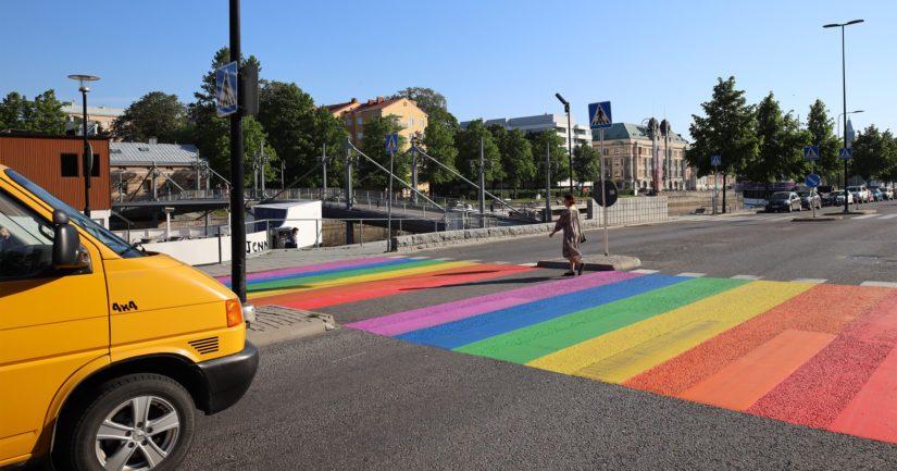 Turun kaupunki poistaa maalauksen ja ajoradalle palautetaan valkoiset suojatietä merkitsevät viivat.