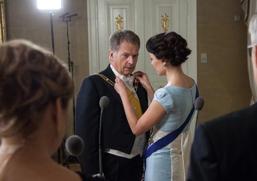 Hetki ennen televisiohaastattelua on tarkistettava myös itse presidentin asu.