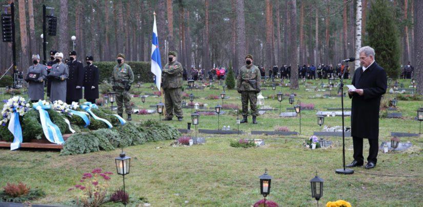 Tasavallan presidentti Sauli Niinistö piti haudalla puheen.