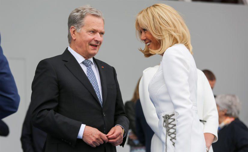 Presidentti Niinistön ja rouva Brigitte Macronin iloinen jälleennäkeminen. Ranskan presidenttipari vieraili Suomessa elokuussa 2018.