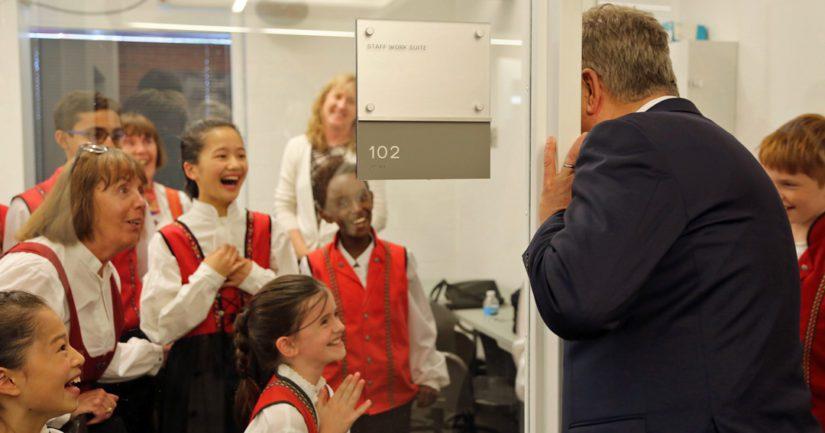 Presidentti Sauli Niinistö jututti FinnFest USA -juhlan esiintyjiä takahuoneessa ennen pääjuhlan alkua.