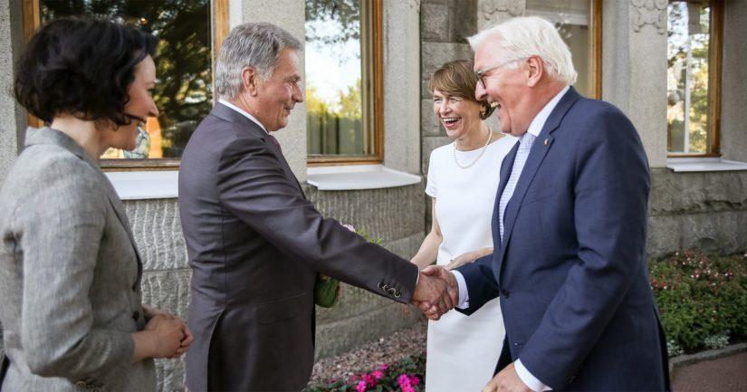 Presidentti Niinistö ja rouva Haukio toivottivat Saksan liittopresidentti Frank-Walter Steinmeierin ja rouva Elke Büdenbenderin tervetulleeksi Kultarantaan.