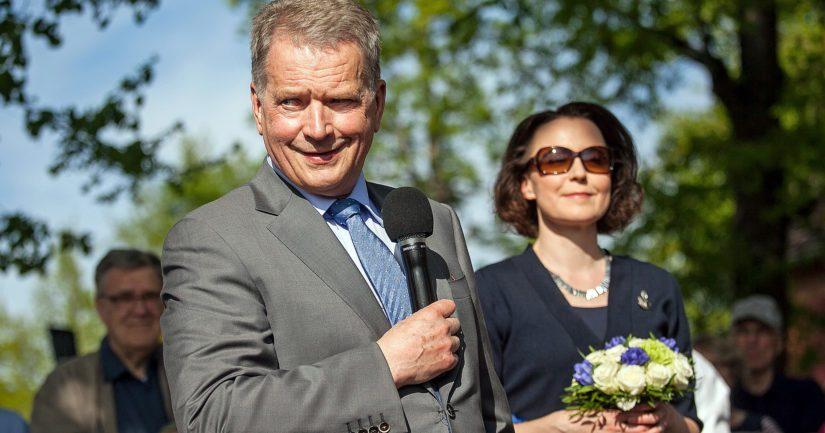 Tasavallan presidentti Sauli Niinistö ja rouva Jenni Haukio perheineen ovat siirtyneet kesävirka-asunnolle Kultarantaan.