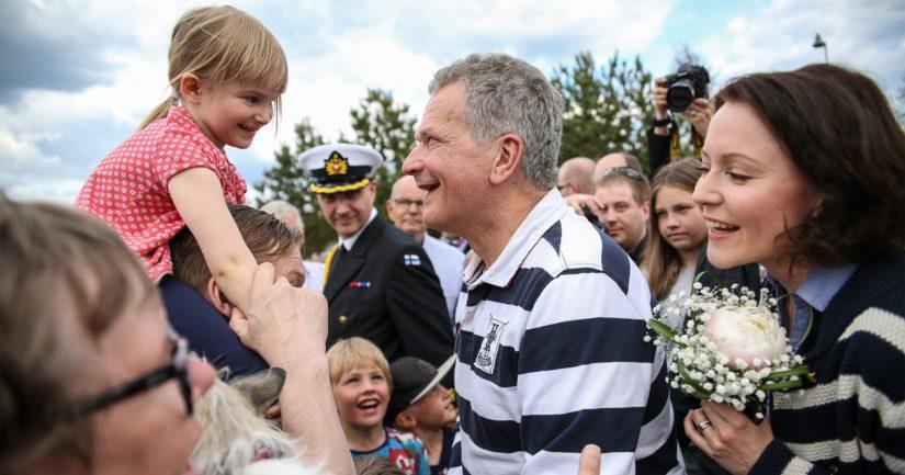 Sadat suomalaiset nuorista vanhoihin olivat saapuneet Kokkolassa tapaamaan suosittua presidenttiparia.