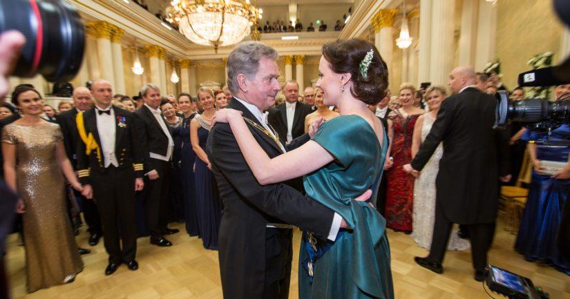 Tasavallan presidentti ja hänen puolisonsa aloittavat perinteisesti tanssit.