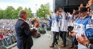 """Tasavallan presidentti ja kymmenettuhannet fanit onnittelivat Leijonia – """"Olette te aika velikultia!"""""""