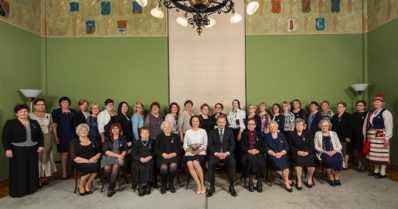 Tasavallan presidentti palkitsi äitejä kunniamerkein – 33 palkittavaa ovat Inarista Ahvenanmaalle