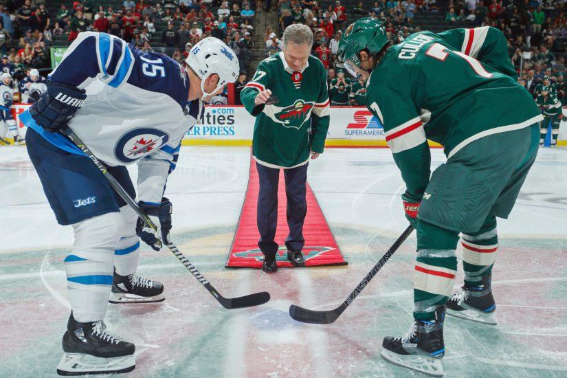 """Presidentti Niinistö pudotti kiekon NHL:n """"suomalaisseurojen"""" Minnesota Wildin ja Winnipeg Jetsin ottelussa."""