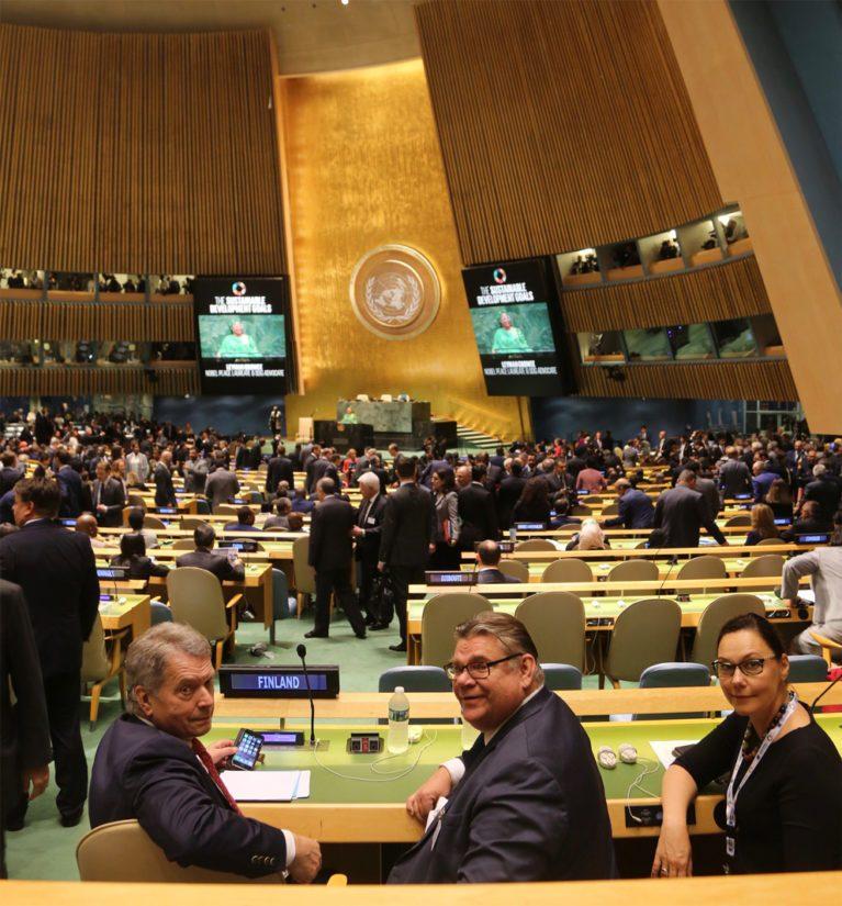 Hetki ennen YK:n 73. yleiskokouksen alkua – Suomen valtuuskunnan pj, presidentti Sauli Niinistö, ulkoministeri Timo Soini ja kehitysministeri Anne-Mari Virolainen.