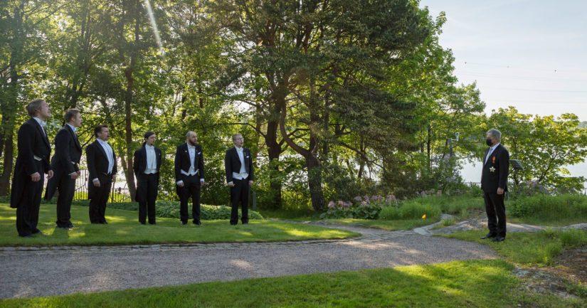 Ylioppilaskunnan Laulajien sekstetti esitti Mäntyniemessä kappaleen Isänmaalle.