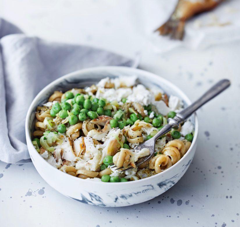 Sekoita joukkoon vihreä pesto, purjopaistos, savusiikamuru ja murusteltua fetajuustoa tai raejuustoa.