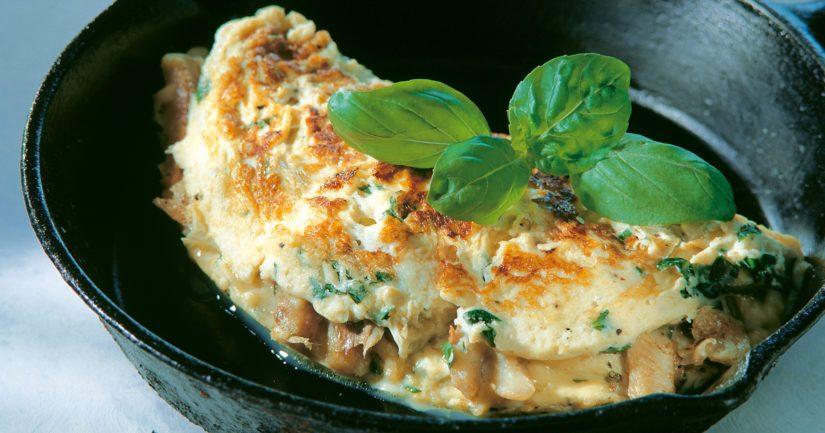Taita munakas kahtia ja tarjoa heti vihreän salaatin ja näkkileivän kera.