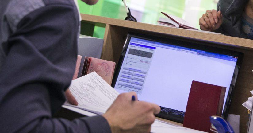 Tutkinnassa epäiltyinä on kolme edustustossa työskennellyttä, paikalta palkattua henkilöä.