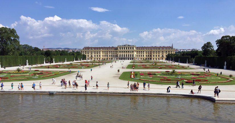Schönbrunnin linnan piha on aika vaikuttava. Sissillä oli tapana ratsastella näillä main, kesämökillään.