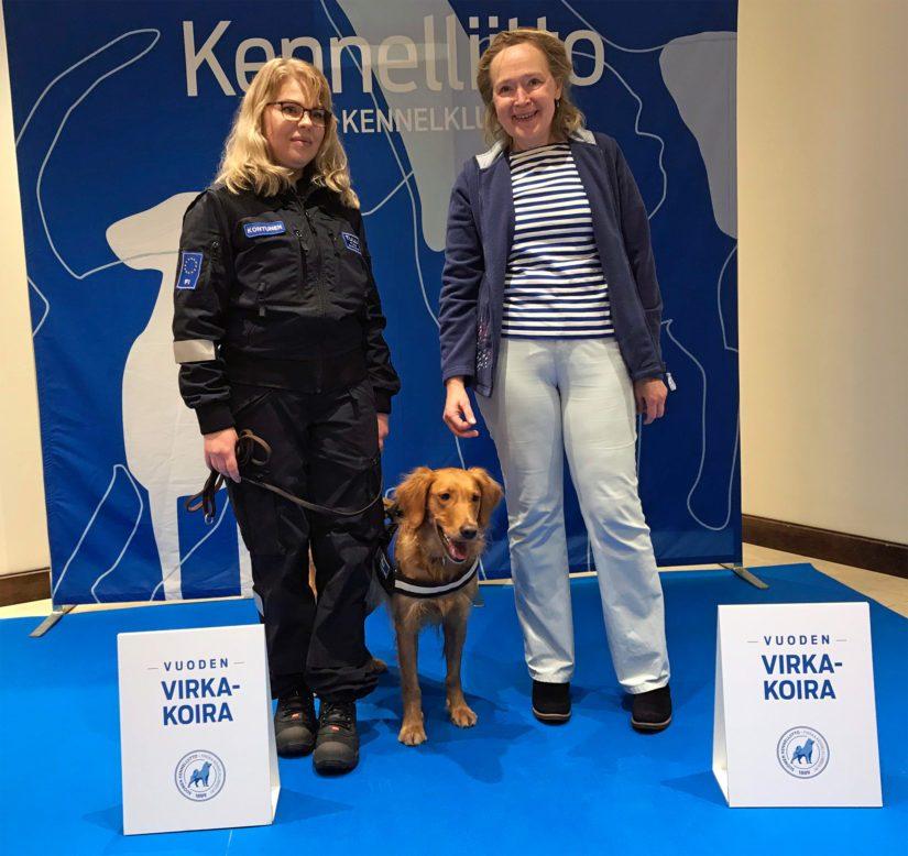 Koiranohjaaja Seija Kontunen, Aino ja kansliapäällikkö Jaana Husu-Kallio.
