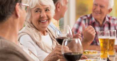 Vanhana kestää viinaa vähemmän – lue pienellä painettu teksti lääkepurkista