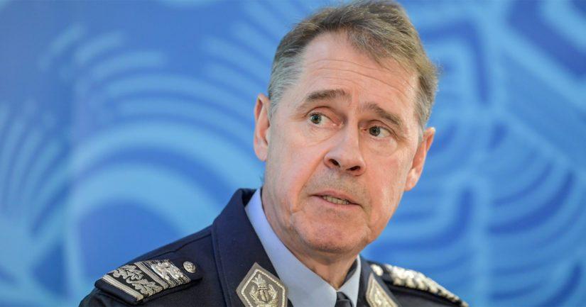 Poliisiylijohtaja Seppo Kolehmainen korosti puheessaan poliisin työturvallisuuden tärkeyttä.