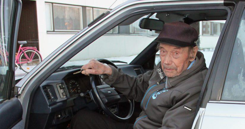Satavuotias sotaveteraani on edelleen kova automies – ase pelasti hengen sodan jälkeenkin