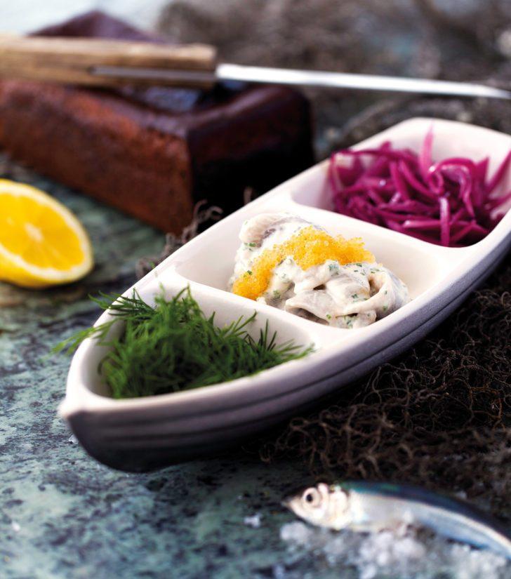 Lisukkeiksi silakkaleiville sopivat esimerkiksi tilli, friteerattu sipuli ja siianmäti.