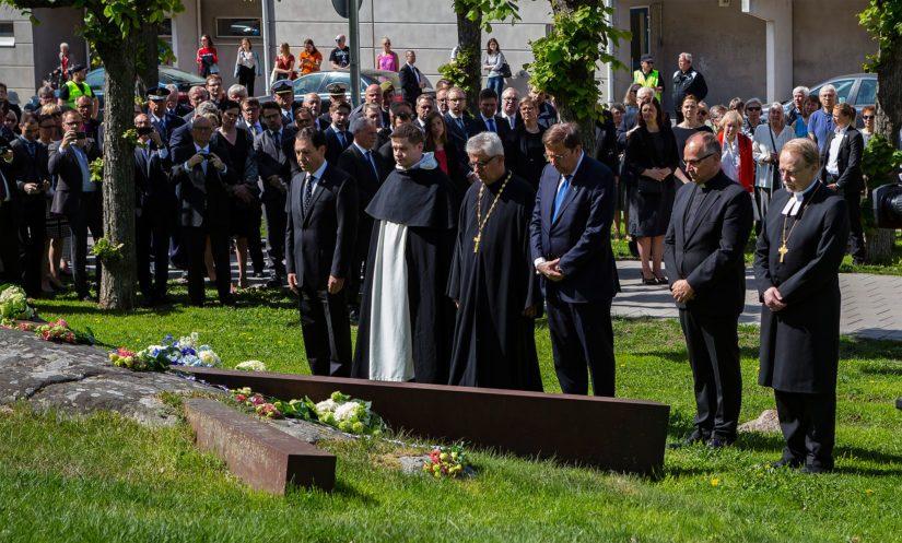 Myös eri uskonnollisten yhteisöjen edustajat laskivat kukat muistomerkeille.