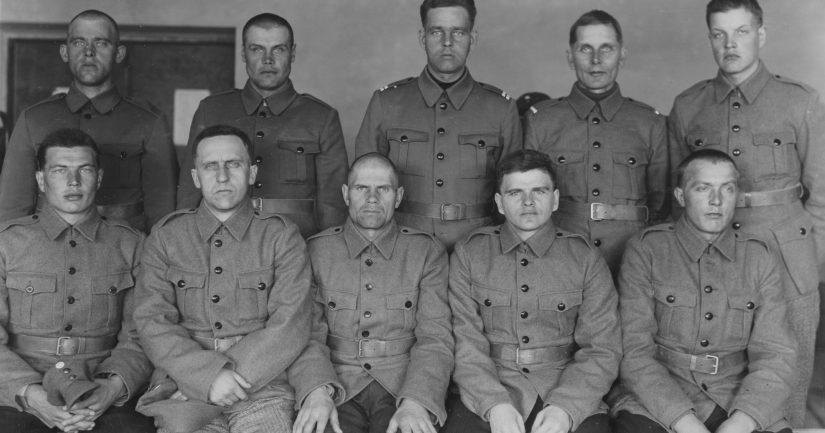Talvisodan vankeudesta palanneita suomalaisia sotilaita karanteenileirillä Helsingissä keväällä 1940. Karanteenissa tulijat kuulusteltiin, heidän haavansa ja sairautensa hoidettiin ja he saivat puhtaat vaatteet.