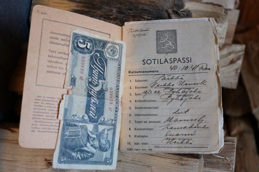 Veikko Pärkkä keräsi venäläissotilaiden taskuista pieniä sotamuistoja. Yksi niistä on paperiraha, jota Veikko säilyttää sotilaspassinsa välissä.