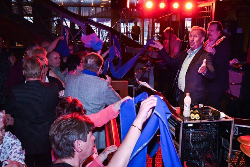 Souvareiden keikoilla on menoa, monivuotisetkin kannattajat tanssivat usein kaikki kappaleet, alkuvalssista illan viimeiseen asti.