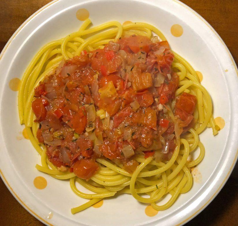 Jos spagetin keittää miedossa kasvisliemessä ja lisää vähän kurkumaa, on lopputulos aika nätti.