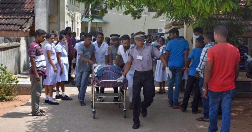 Sri Lankan terrori-iskussa on myös satoja loukkaantuneita, uhria kuljetetaan pelastusviranomaisten toimesta.