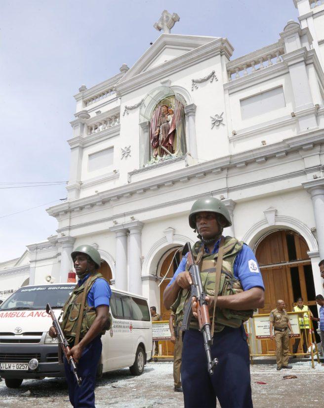St. Anthonyn kirkon edustalla aseistetut miehet valvovat turvallisuutta.