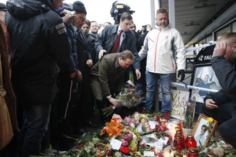 Pääministeri Stefan Löfven tuo kukkia Göteborgin ravintola-ammuskelussa kuolleiden kahden uhrin muistolle. (Kuva AOP)