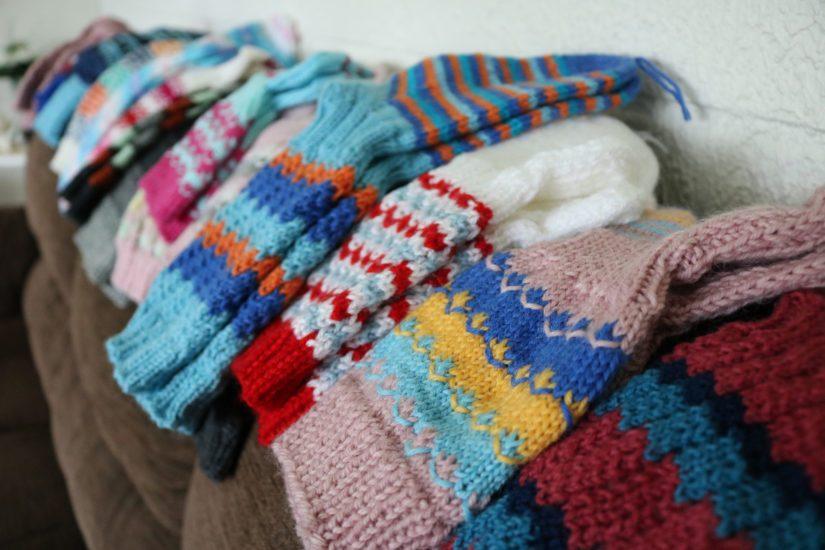 Marjatta Mikkola on kutonut kymmenen vuoden aikana 1 500 sukkaparia.