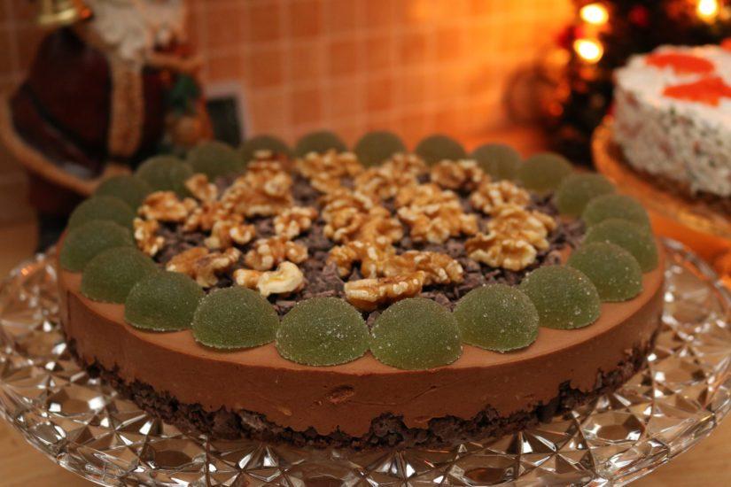 Suklaakakun helmi on maun lisäksi myös koristelussa, johon käytetään muun muassa vihreitä kuulia.
