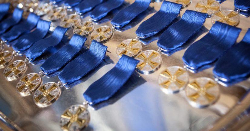 Suomen Valkoisen Ruusun ritarikunnan I luokan mitali kultaristein voidaan antaa eri-ikäisille, erilaisissa elämänpiireissä ja tehtävissä toimineille ja toimiville äideille.