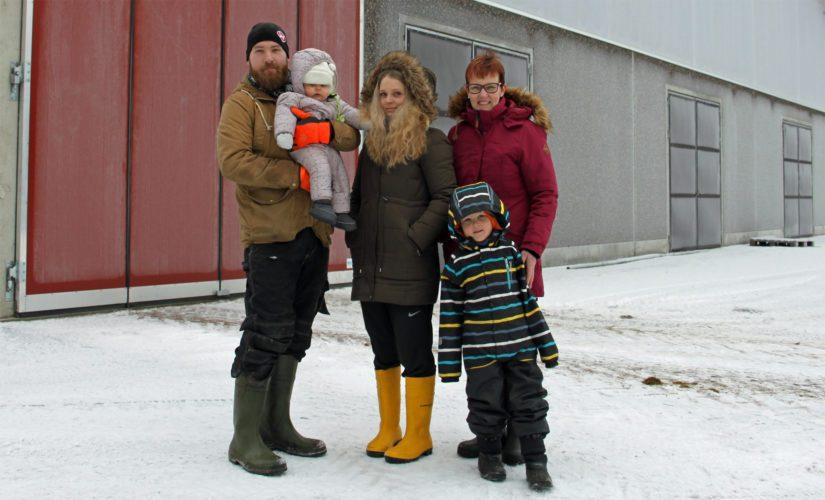 Suomisen perhe, Päivi-emäntä, Joonas ja Jessica sekä heidän lapsensa Julius ja Jolanda pitävät tiukasti yhtä niin navetassa kuin sen ulkopuolellakin. Tapio ei ehtinyt kuvaan.