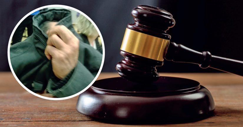Murhasta syytetty mies peitti kasvonsa käräjäoikeuden istunnossa.