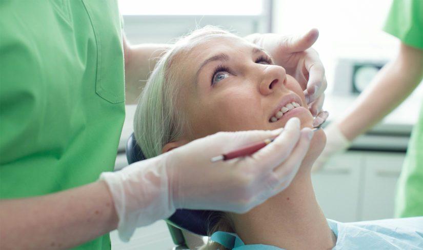 Suuhygienisti keskittyy ehkäisemään suun sairauksia esimerkiksi opettamalla omahoitoa.